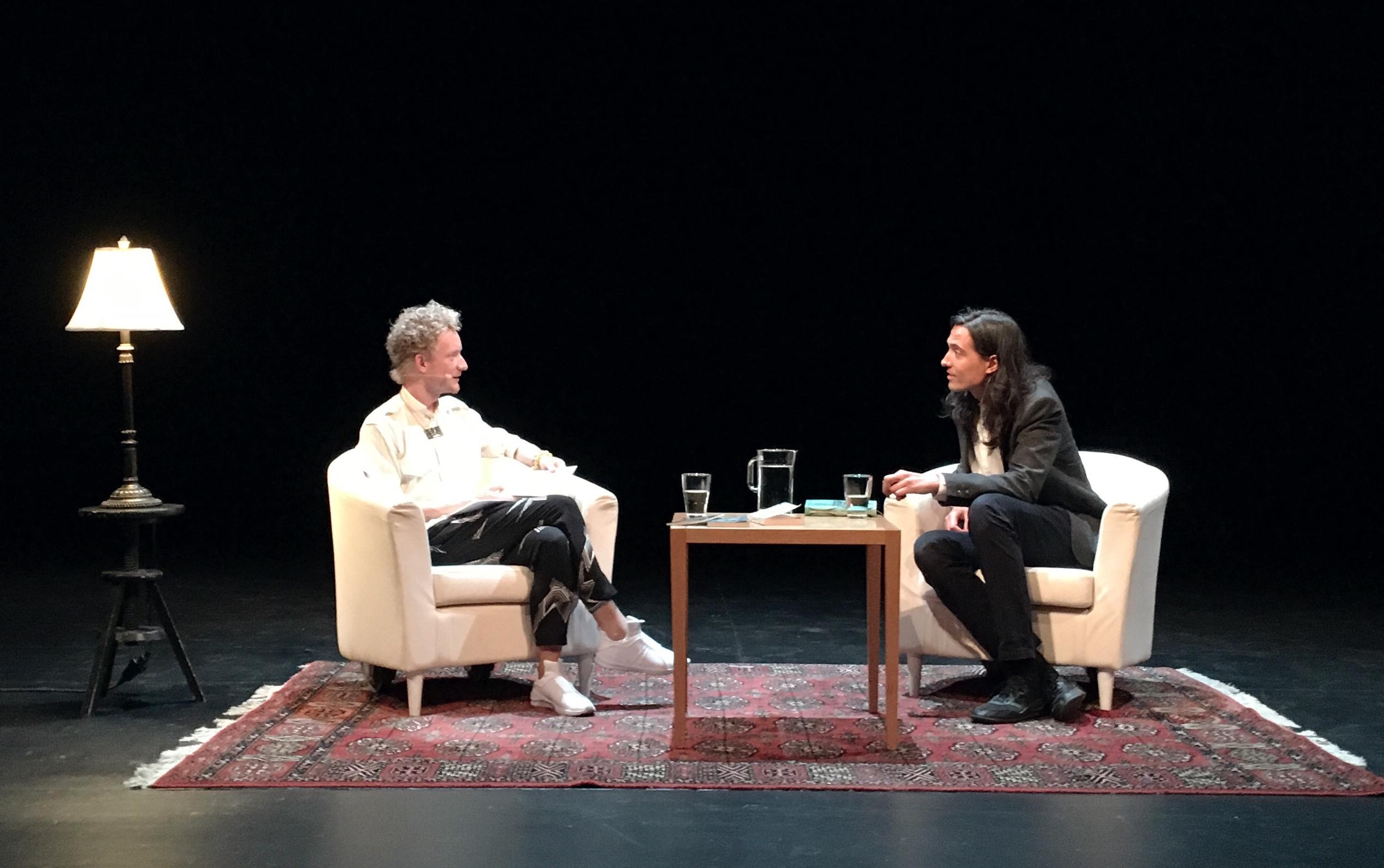 Simon och Jonas på scen i djupt samtal